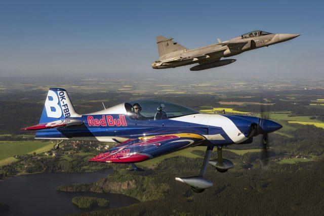 Gripen a The Flying Bulls Aerobatics Team | foto: Dan Vojtěch