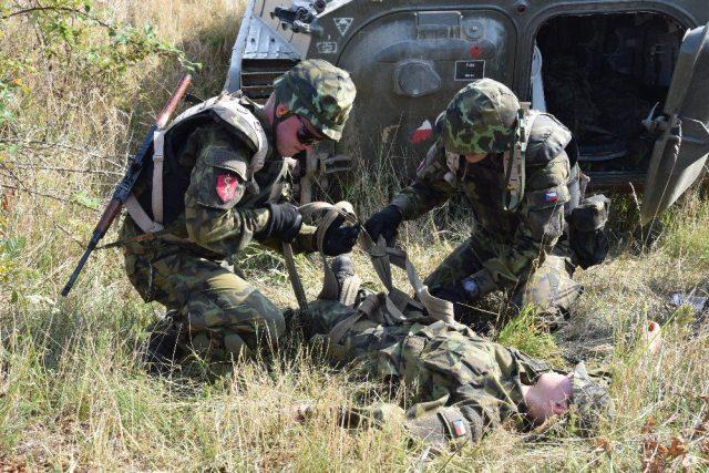 Vojáci Fakulty vojenského zdravotnictví Univerzity obrany cvičí na mise
