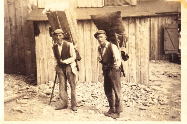 Robert Hofer  (vlevo) se Štefanem Mitleinerem  (vpravo) na vrcholu Sněžky v roce 1935 | foto: Helmut Hofer