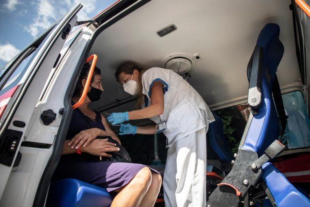 Očkování mobilním týmem   foto: Adolf Horsinka,  MAFRA / Profimedia