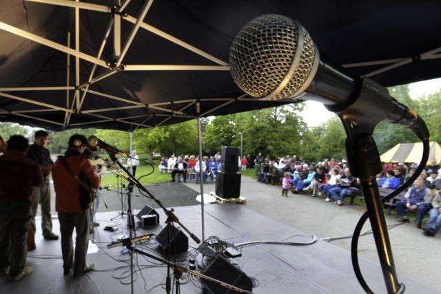 V Ústí nad Labem na festivalu trampské,  folk a country hudby Porta hraje kapela Redleaf | foto: Libor Zavoral,  ČTK