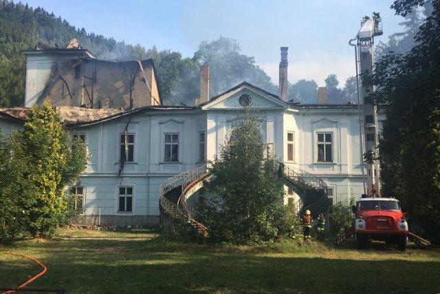 Hasiči dostali požár opuštěného barokního zámku v Horním Maršově pod kontrolu
