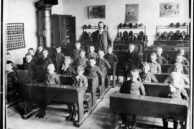Školní obrazy nakladatele Karla Jánského ve třídě Obecné chlapecké školy na Pospíšilově třídě v Hradci Králové, první desetiletí 20. století, soukromá sbírka