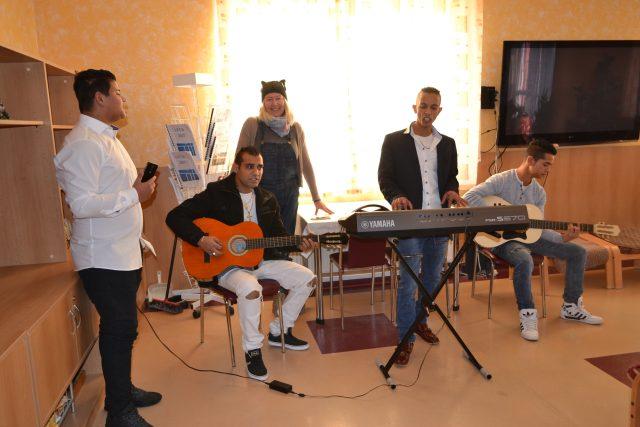 Romská kapela Gypsy Mario z Broumova se stala Ježíškovým vnoučetem pro slečnu Natašu