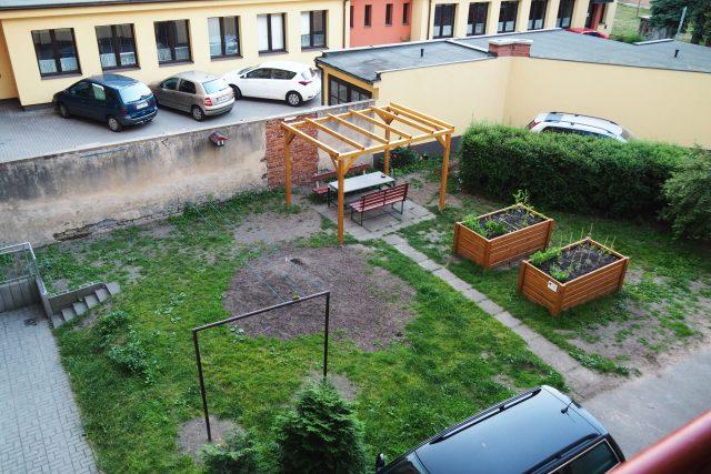 V Hradci Králové si sousedé osazují zelení část vnitrobloku