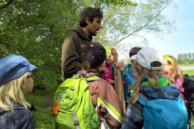 Ornitolog Břeněk Michálek s dětmi při exkurzi v přírodě