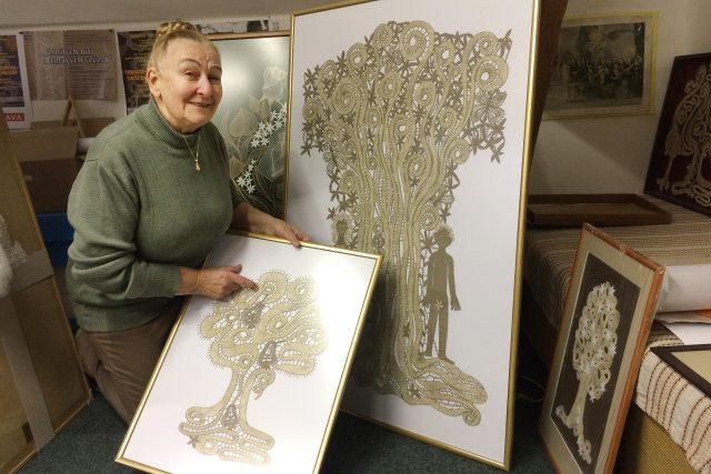 Marie Poludová navrhuje a vytváří i krajkové obrazy, nejraději s přírodními motivy