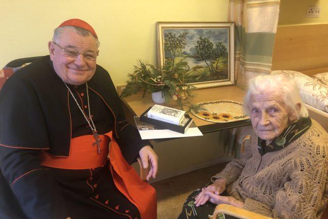 Kardinál Dominik Duka je dárkem Ježíškových vnoučat pro paní Jarmilu