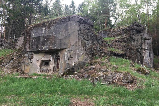 Pěchotní srub Hrobka na Náchodsku zůstává jako válečné memento
