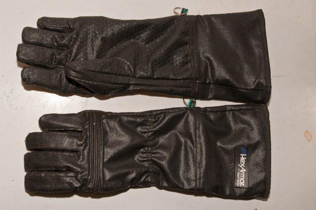 Tyto kevlarové rukavice používá Martin Smrček v expozici Jedovatá Afrika v Safari Parku Dvůr Králové