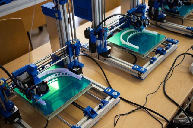 Střední škola a vyšší odborná škola aplikované kybernetiky v Hradci Králové vyrábí na 3D tiskárnách ochranné štíty pro zdravotníky