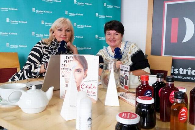 Lada Klokočníková a Vlasta Libotovská v rozhlasové kavárně
