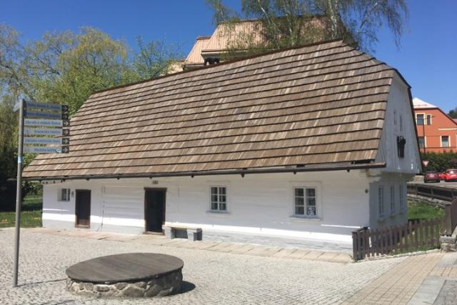 Na rodném domku Aloise Jiráska v Hronově bylo letos na jaře víc práce než v jiných letech