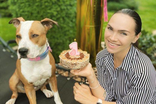 Dvě lásky Kamily Nývltové. Pes Emma a vlastnoručně upečený dort | foto: archiv Kamily Nývltové