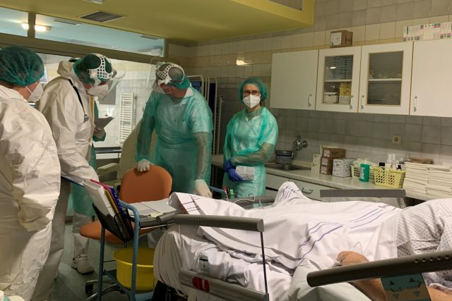 Vizita na covidovém oddělení náchodské nemocnice | foto: Martin Pařízek,  Český rozhlas