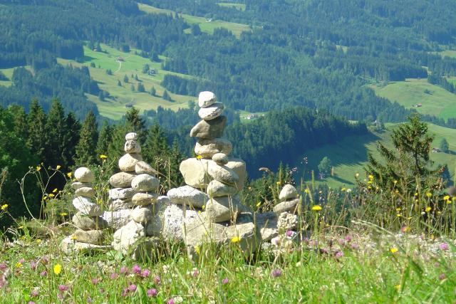 Každé léto rozeberou v Krkonoších strážci přírody stovky takových kamenných mohyl (ilustrační foto)