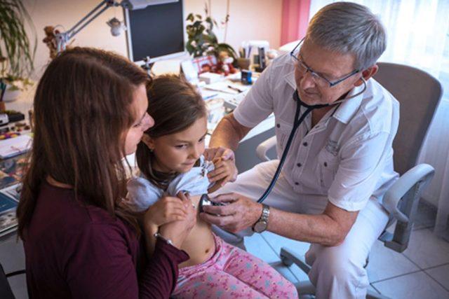 Zkušený pediatr, MUDr. Ladislav Hanousek, při vyšetřování dítěte