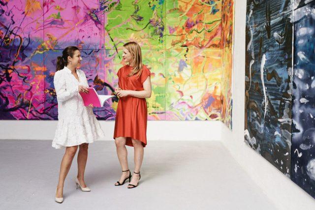 Barbora Půlpánová s Blankou Čermákovou, ředitelkou Trafo Gallery na výstavě Martina Salajky
