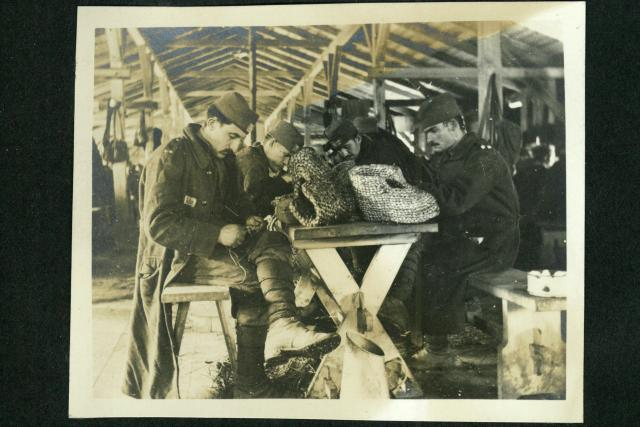 Fotografie ze zajateckého tábora z 1. světové války u Martínkovic na Broumovsku - Strohflechterei | foto: dr. Georg  Langer