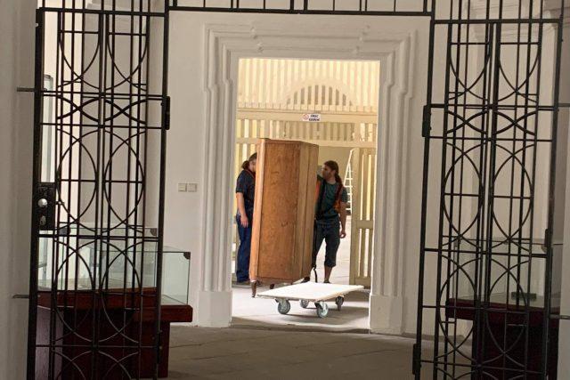 V polickém klášterním muzeu stěhují pracovníci Muzea Náchodska depozitáře do jiných prostor   foto: Jana Házová,  Český rozhlas