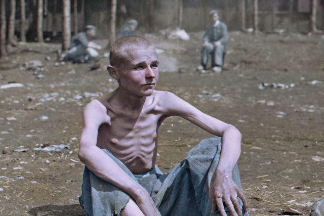 Přeživší z koncentračního tábora Ebensee v Rakousku  (8. květen 1945)