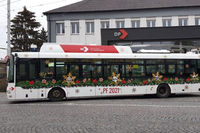 Vánoční výzdoba vozů v městské hromadné dopravě v Hradci Králové