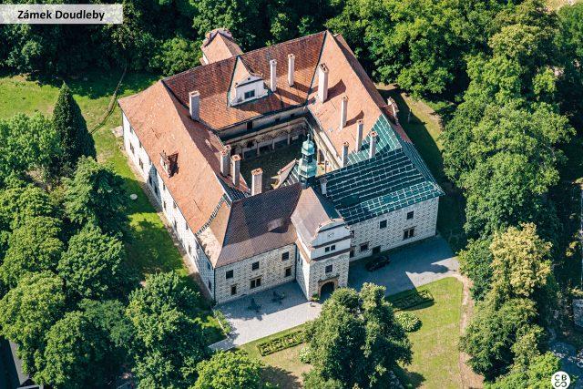 Renesanční zámek Doudleby nad Orlicí dal v roce 1588 postavit Mikuláš Starší z Bubna. Původně sloužil jako letní sídlo,  později byl využíván jako lovecký zámek | foto: Společnost CBS Nakladatelství s. r. o.