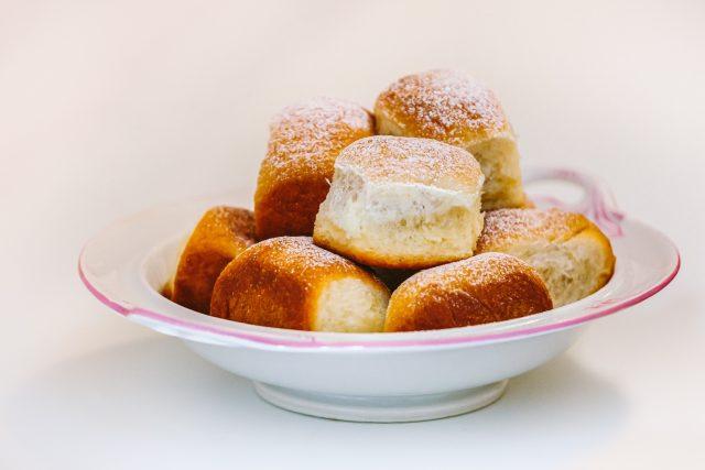 Baráčnické buchtičky plné karamelizovaných jablek od Jaroslavy Zvěřinové jsou měkké a sladké jako láska