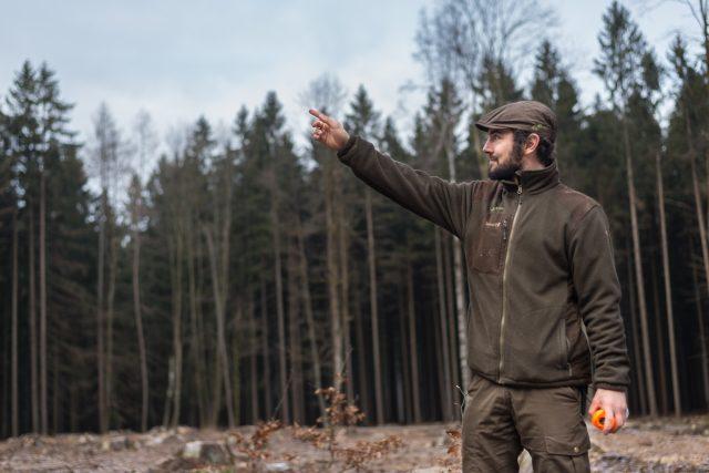 Támhle byl les. Jaroslav Časar stojí na mýtině,  kde byly ještě nedávno vzrostlé smrky   foto: Honza Ptáček,  Český rozhlas