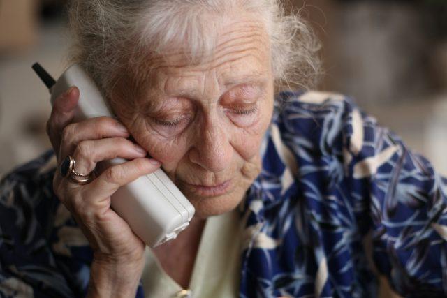 Seniorka s telefonem (ilustrační foto)