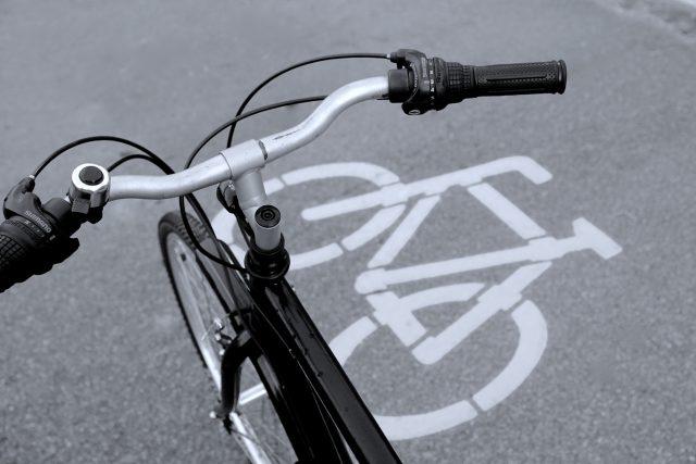 Plastový povrch cyklostezky by měl být odolnější než asfalt. Navíc je také recyklovatelný. V Nizozemsku ho vyvíjejí už od roku 2015.