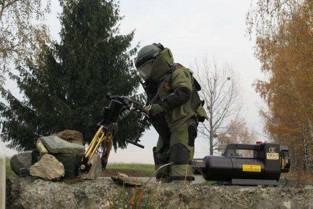 Pyrotechnik při prověřování podezřelého předmětu