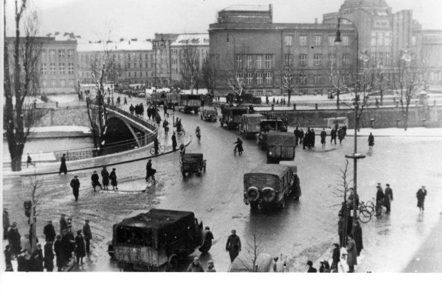 Německé jednotky na Tyršově mostě v Hradci Králové