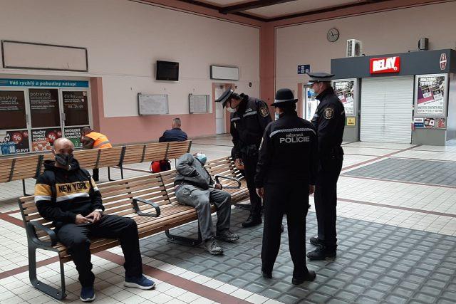 Městská policie Plzeň kontroluje na hlavním nádraží nošení roušek