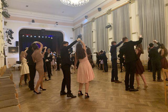 V Hradci Králové začaly taneční kurzy pro mládež. I těch se týkají některá hygienická opatření