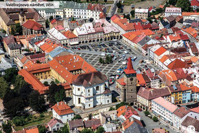 Na Valdštejnově náměstí v Jičíně se nachází unikátní soubor historických domů. Má obdélníkový tvar a vévodí mu renesanční Valdická brána, zámek a chrám sv. Jakuba Většího