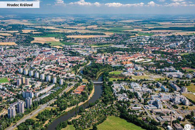 Hradec Králové leží na soutoku Labe s Orlicí. Podle mnohých jde o jeden z nejkrásnějších soutoků dvou řek u nás. Dojít k němu můžete kouzelnými Jiráskovými sady | foto: Společnost CBS Nakladatelství s. r. o.