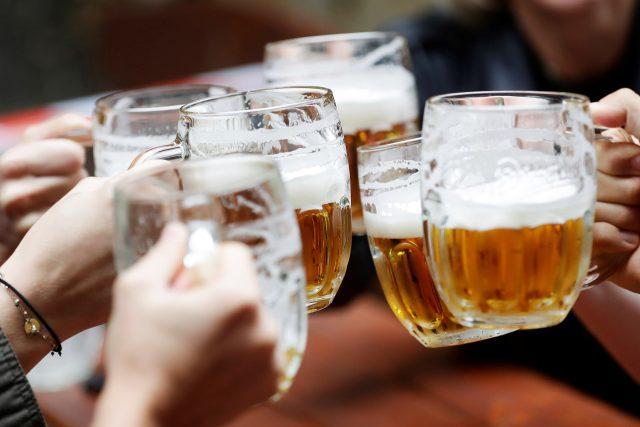 První pivo na zahrádkách po uvolnění opatření v době koronaviru. Pivo, sklenice piva, sklenice s pivem, půllitr piva (ilustrační foto)