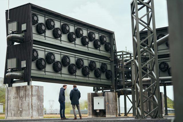Největší zařízení na zadržování oxidu uhličitého z atmosféry a jeho skladování.tento měsíc začalo fungovat na Islandu.   foto: Cover Images,  Reuters