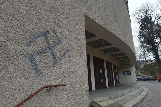 Národní kulturní památku v Ústí nad Orlicí pomaloval vandal svastikou. Případem se zabývá policie