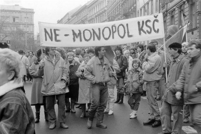 Listopadové dny roku 1989 v ulicích Prahy, takto to konkrétně vypadalo ve Vodičkově ulici
