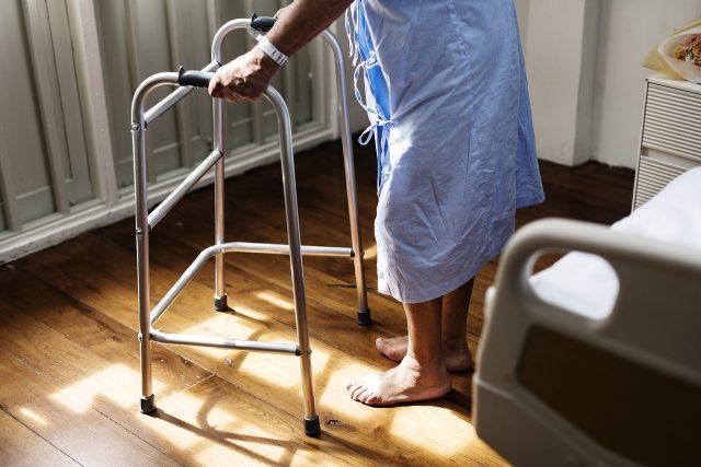 Stáří, senior, nemocnice, hospic, péče - ilustrační foto