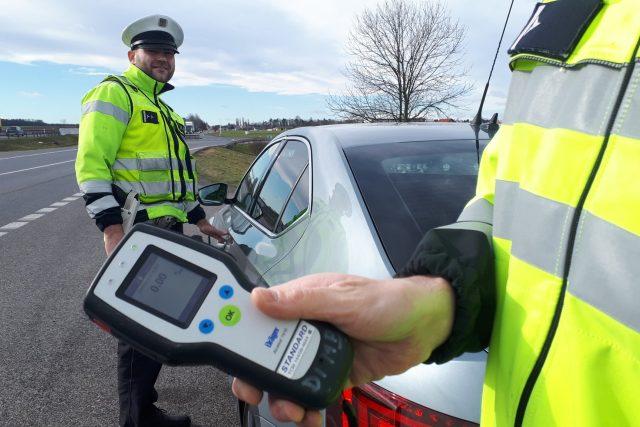 Policisté kontrolují u řidičů alkohol. (Ilustrační snímek)
