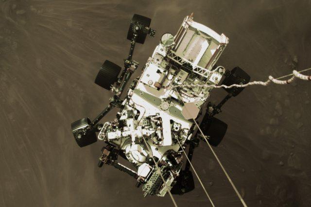 Vozítko Perseverance těsně před prvním dotekem povrchu planety Mars
