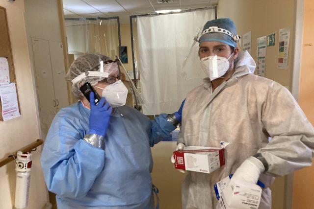Lékař Kamil Zábranský s vrchní sestrou Romanou Štroblovou během směny na covidovém oddělení domažlické nemocnice