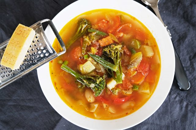 Italská zeleninová polévka minestrone. Pro dochucení použijte parmazán | foto: Dagmar Heřtová,  Český rozhlas,  Český rozhlas