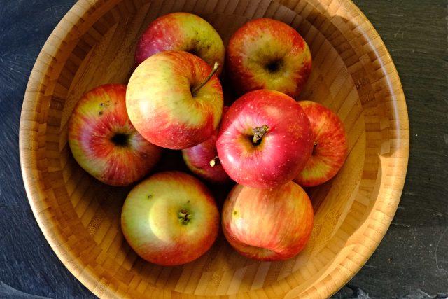 Odkud jablko pochází, se můžeme jenom dohadovat. Faktem je, že lidstvo doprovází, osvěžuje, dodává vitamíny a dobrou náladu už tisíce let.