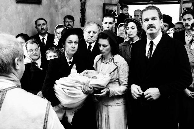 Vpředu Petra Špalková, Magdalena Borová a Stanislav Majer ve filmu Krajina ve stínu