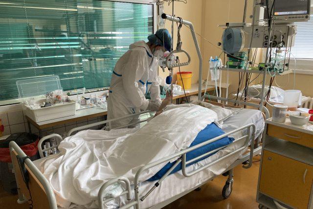 Lucie Vorlíková u pacienta na JIP