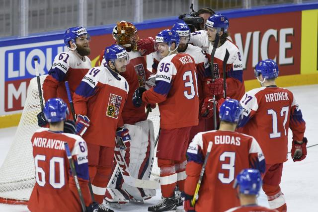 Čeští hokejisté se po výhře nad Francií radovali kolem brány Davida Ritticha